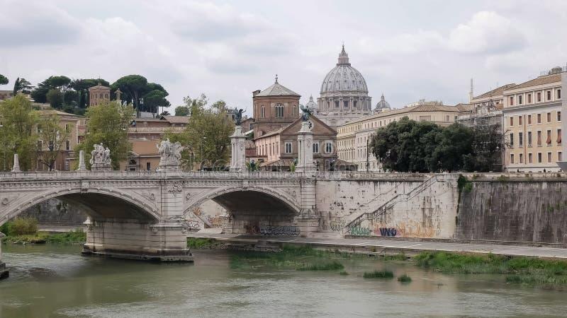 ROMA, ITALIA SEPTIEMBRE, 5, 2016: tiro de la basílica de San Pedro y el río de Tíber en Roma foto de archivo libre de regalías