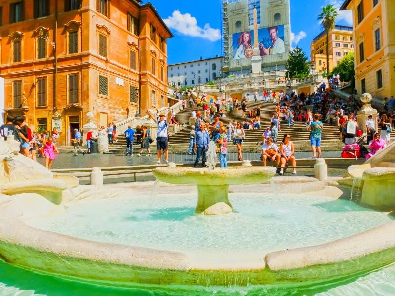 Roma, Italia - 10 settembre 2015: I punti spagnoli e la fontana brutta della barca surronded dai centinaia di turisti fotografia stock