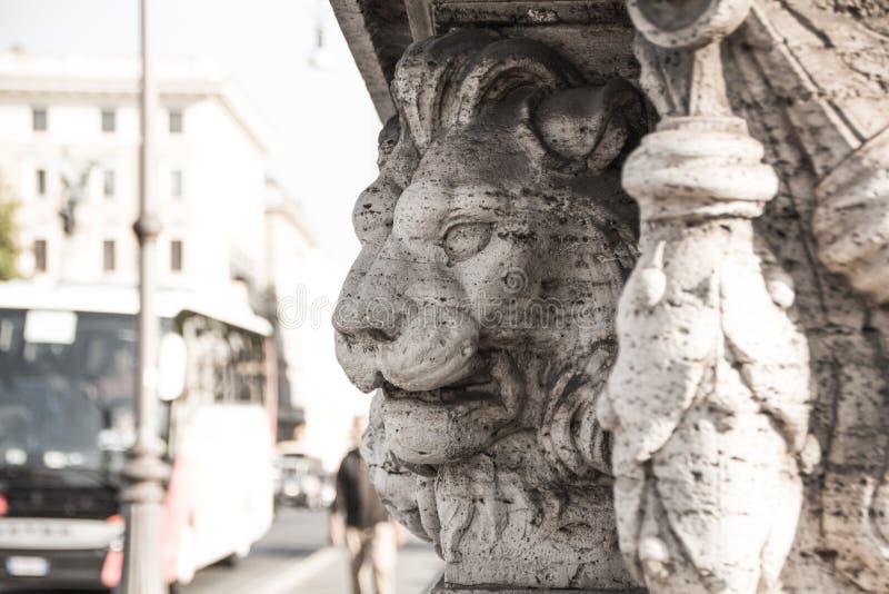 Roma, Italia - 13 settembre 2017: Il bassorilievo della testa del ` s del leone sul ponte a Roma Lion Head Sculpture fotografie stock libere da diritti