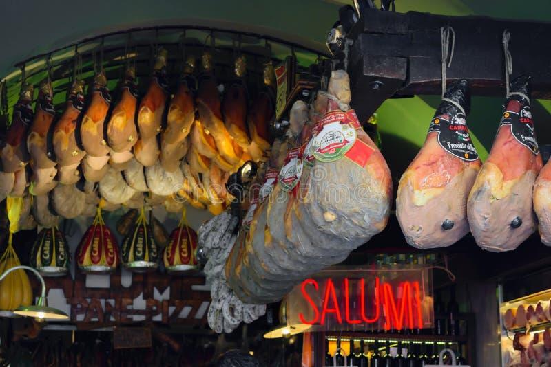 Roma, Italia tienda de carne local del 19 DE JUNIO DE 2019 foto de archivo