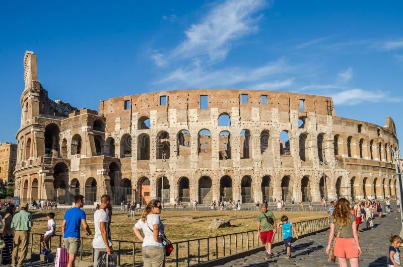 ROMA, ITALIE - JUILLET 2017 : Les touristes marchent près d'Arc de Triomphe de Constantine et du Colosseum à Rome, Italie images libres de droits