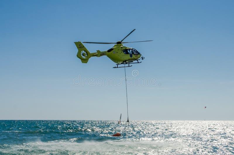 ROMA, ITALIE - JUILLET 2017 : Un hélicoptère du feu prend l'eau dans un panier pour s'éteindre un feu en mer tyrrhénienne près d' image libre de droits
