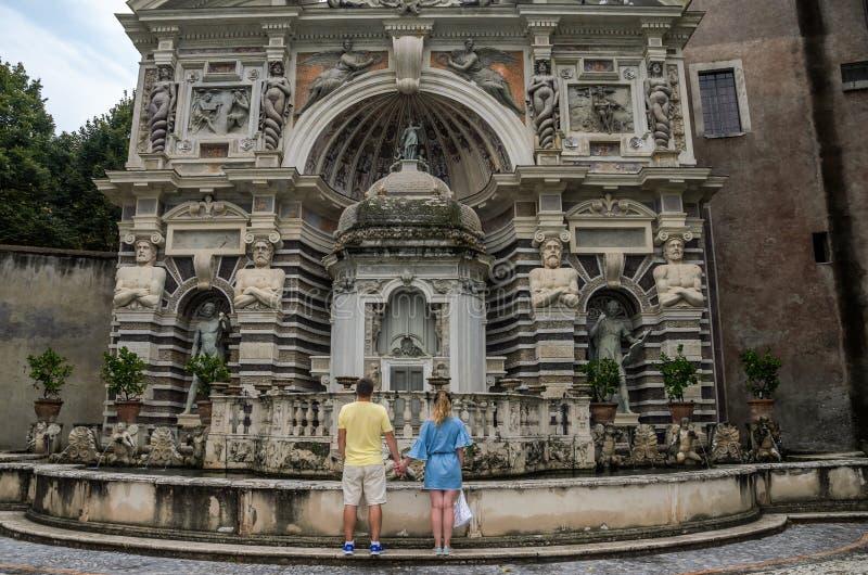 ROMA ITALIEN - AUGUSTI 2018: Unga par som är förälskade nära springbrunnen i villa D 'Este i Tivoli royaltyfri fotografi