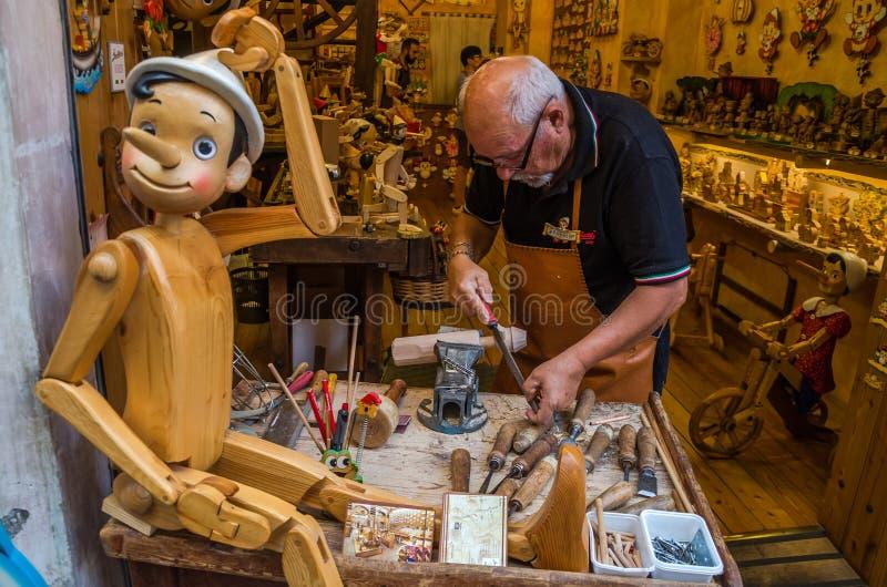 ROMA ITALIEN - JULI 2017: Seminarium var förlagen undersöker mycket noggrant de handgjorda traditionella träleksakerna av Pinocch arkivfoton