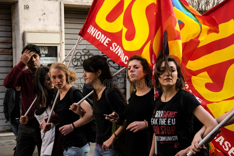 Roma, It?lia - 23 de mar?o de 2017: NENHUMA demonstra??o do protesto do EURO fotos de stock