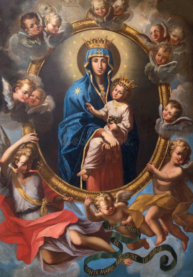 Roma - Madonna entre los ángeles en la capilla lateral de la iglesia Chiesa San Marcello al Corso de Agostino Masucci (1727) imagenes de archivo