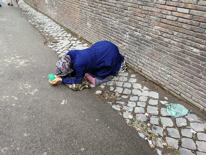 Roma - mendigo de ajoelhamento fotografia de stock royalty free