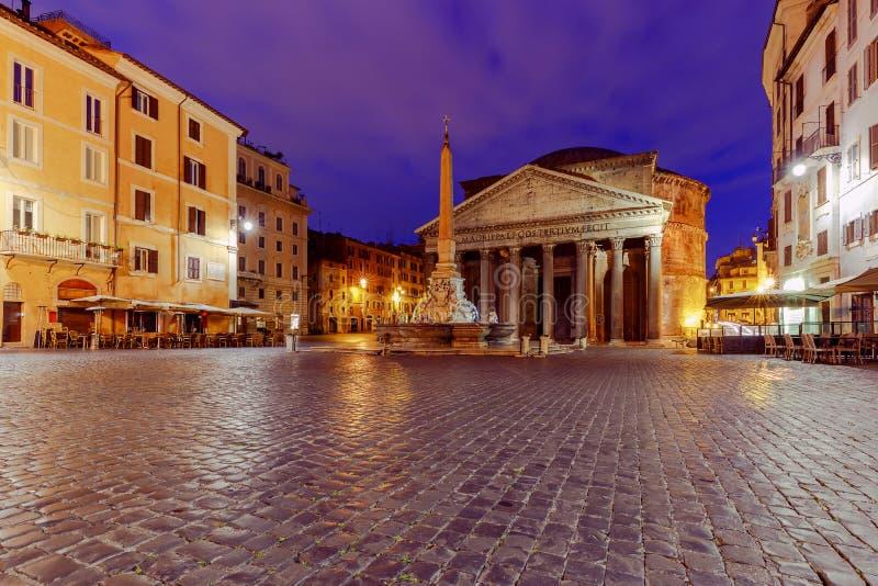 roma Panteão na iluminação da noite imagens de stock royalty free
