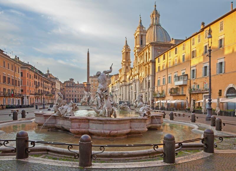 Roma - piazza Navona in mattina e fontana di Nettuno (1574) create da Giacomo della Porta e da Santa Agnese in Agone fotografia stock