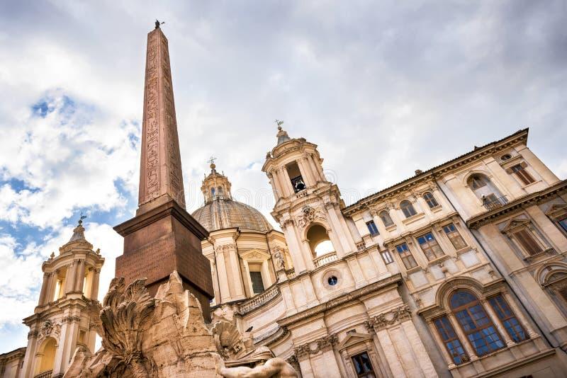 Roma - plaza Navona: Iglesia Sant Agnese en Agone y la fuente de los cuatro ríos con el obelisco egipcio imágenes de archivo libres de regalías