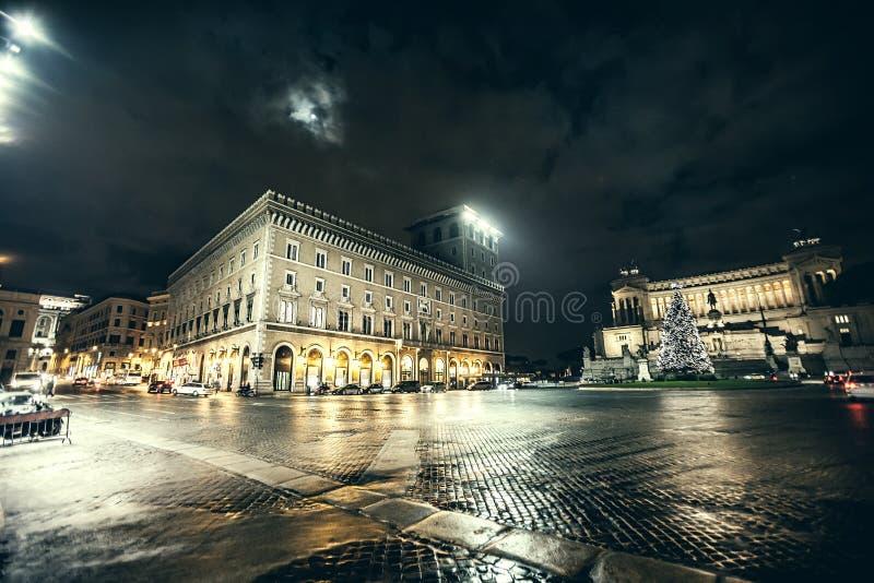 Roma, plaza Venezia en la Navidad noche Árbol de navidad imágenes de archivo libres de regalías