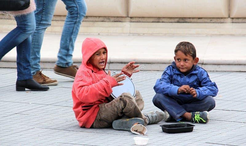 Roma pojke som sjunger och spelar darbukaen som frågar för pengarcentrum av Skopje, huvudstad av Makedonien royaltyfria foton