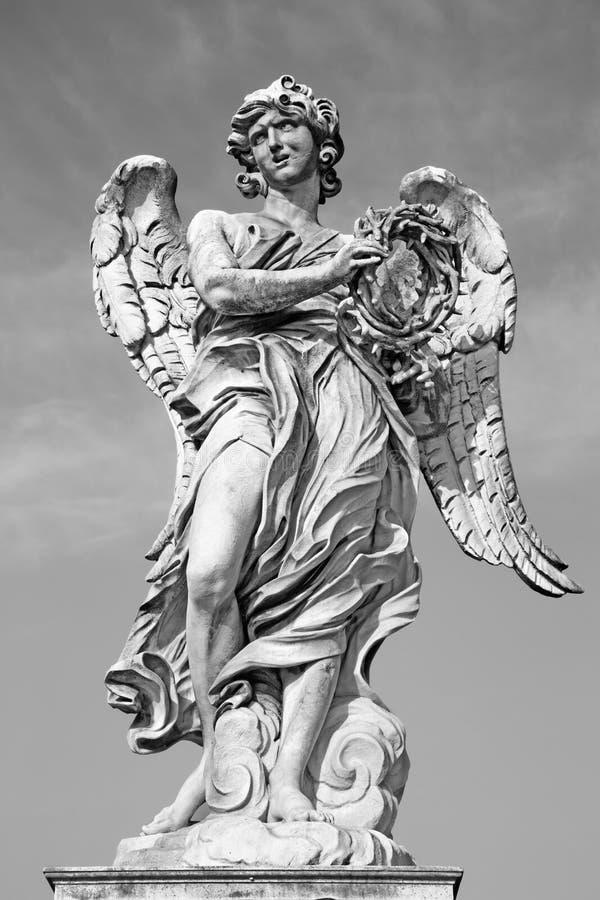 Roma - Ponte Sant'Angelo - puente de los ángeles - ángel con la corona de las espinas G L Bernini e hijo Pablo imagen de archivo