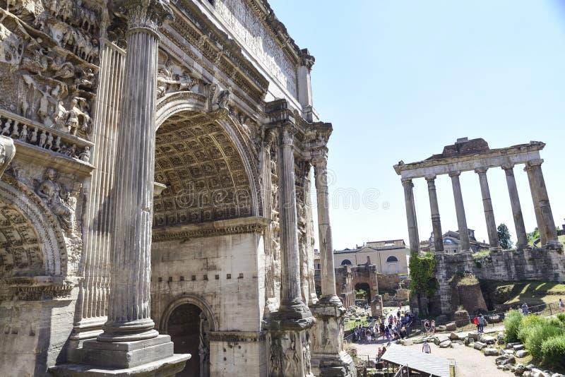 Roma, rovine dei forum imperiali di Roma antica Arco di settembre immagine stock libera da diritti