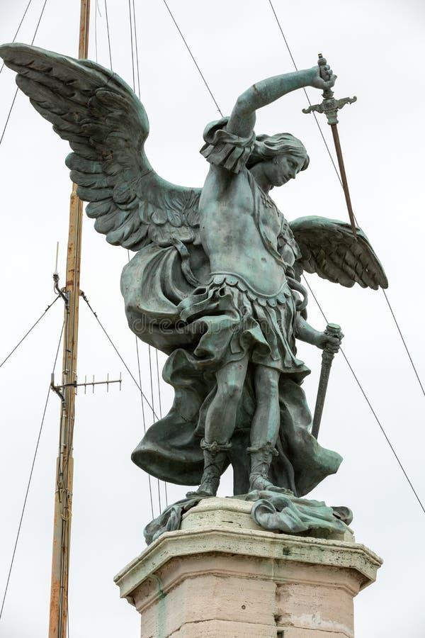 Roma - statua bronzea di Michael l'arcangelo, stante sopra il ` Angelo di Castel Sant fotografia stock