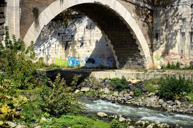 roma Tibre intorno allo stretto Isola Tiberina, Fabricia Bridge di Tiberina immagini stock