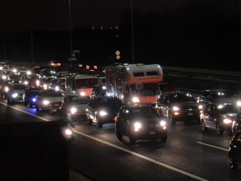 Roma - traffico sul raccordo anulare alla notte immagini stock