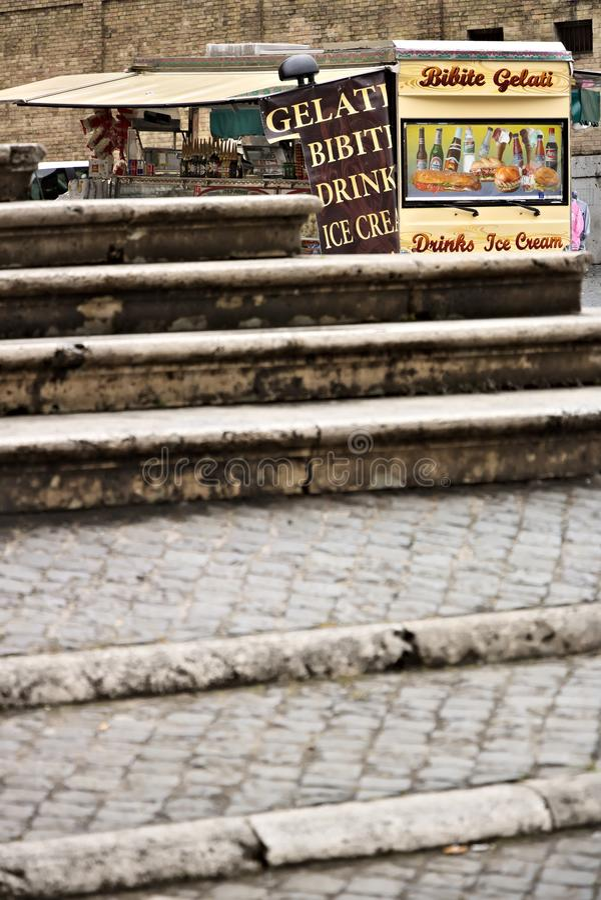 roma Van con la barra che vende i panini e le bevande Davanti a Th fotografie stock