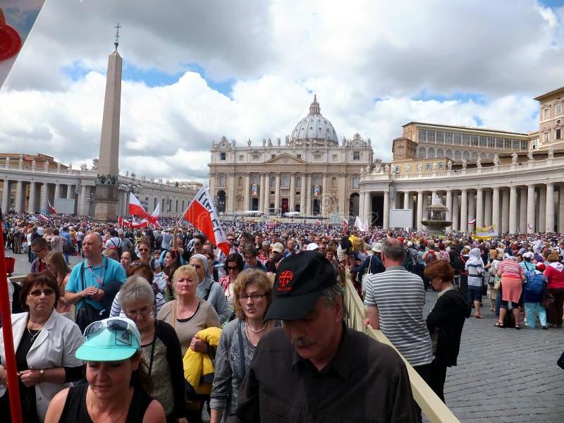 ROMA, VATICANO - 28 de abril de 2014: a alegria de peregrinos poloneses ao St fotos de stock royalty free