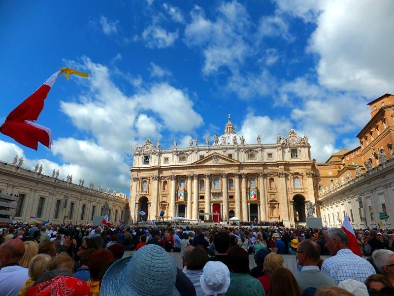 ROMA, VATICANO - 28 de abril de 2014: li polonês dos peregrinos fotografia de stock royalty free
