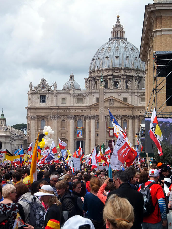 ROMA, VATICANO - 27 de abril de 2014: St. Peters Square, fotos de archivo
