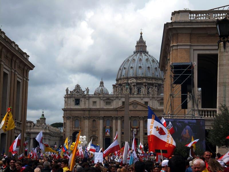 ROMA, VATICANO - 27 de abril de 2014: St. Peters Square, imagenes de archivo
