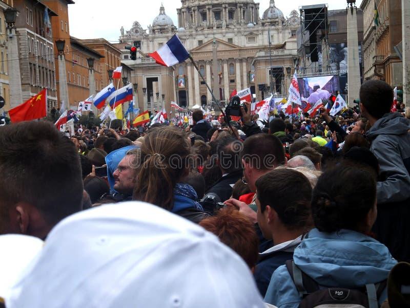 ROMA, VATICANO - 27 de abril de 2014: St. Peters Square, foto de archivo