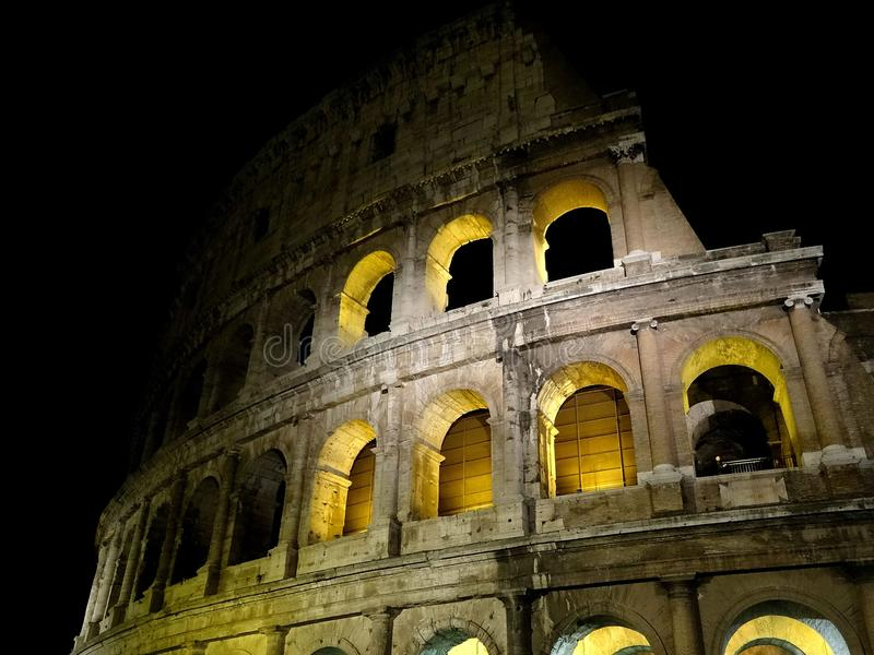 Roma y colosseum por noche imagen de archivo