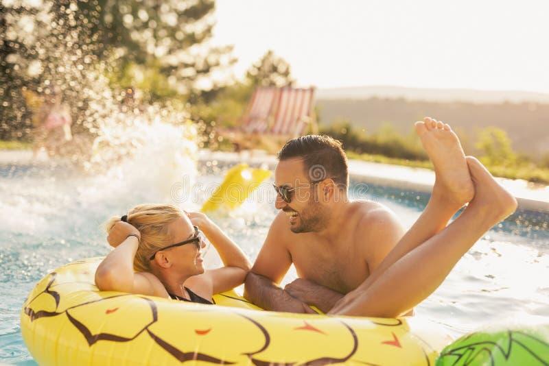 Romaans door de pool stock foto