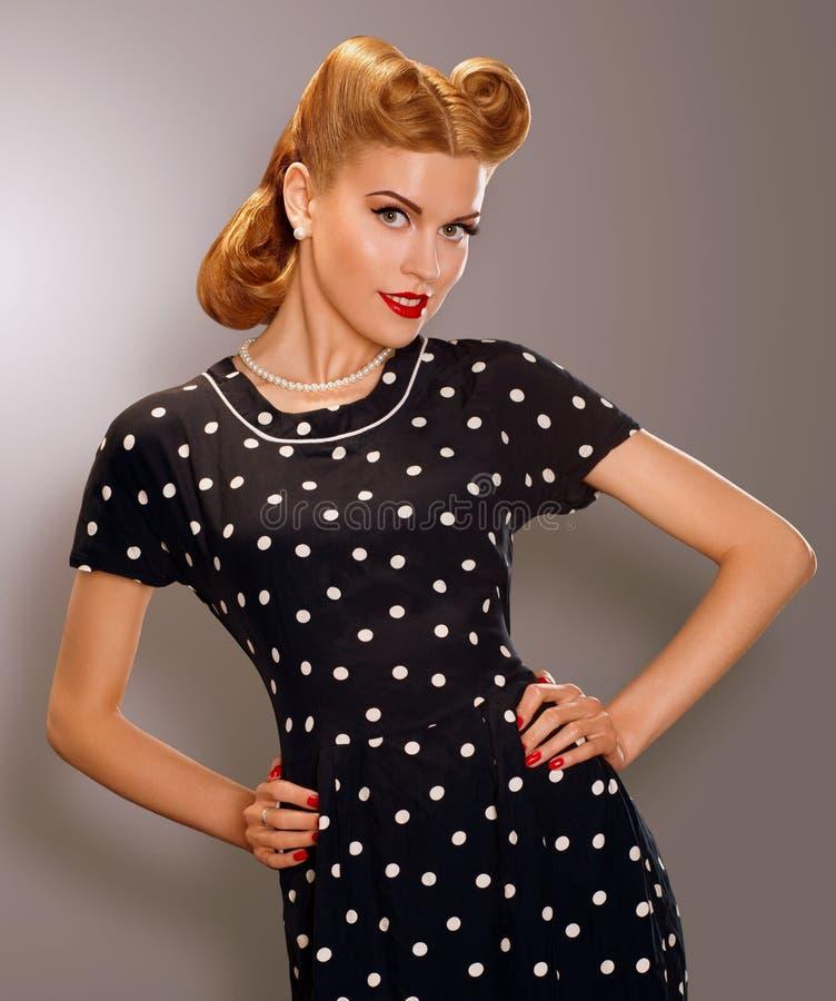 Romaans. Gestileerde Vrouw in Blauwe Retro Polka Dot Dress. Pin Up Style stock foto