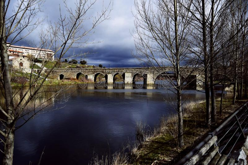 Romaanse brug in de herfst royalty-vrije stock afbeeldingen