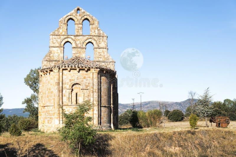 Romaanse kapel en maan stock foto