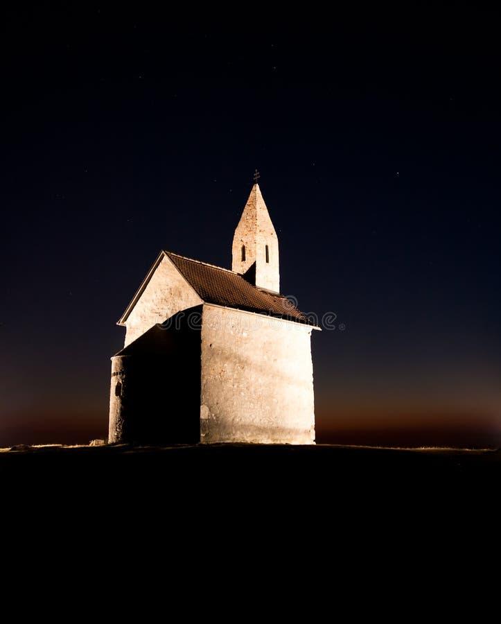Romaanse kerk bij nacht royalty-vrije stock afbeelding