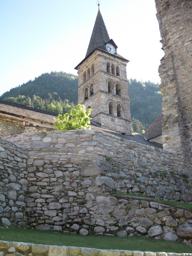 Romaanse steenkerk in een klein dorp stock foto
