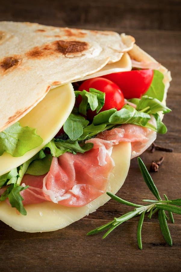 Romagna piadina filledon ciapania deska zdjęcie royalty free