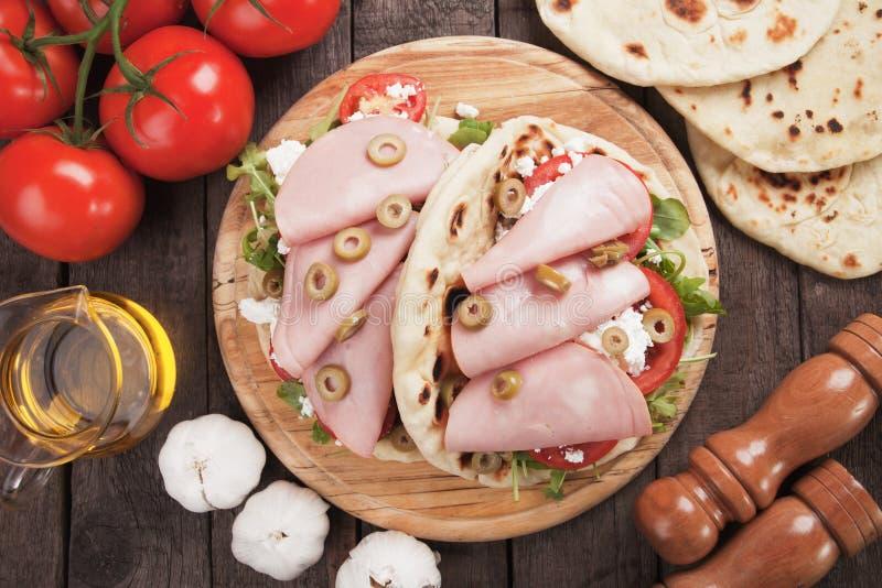 Romagnola de Piadina, sanduíche italiano do flatbread fotografia de stock