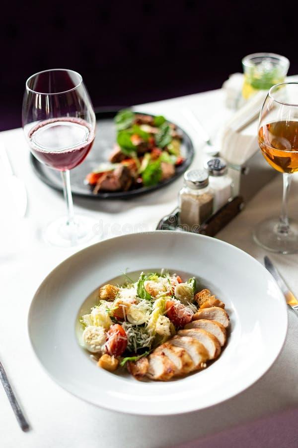 Romain salade met geroosterde kip, knoflookcroutons en parmezaanse kaas royalty-vrije stock fotografie