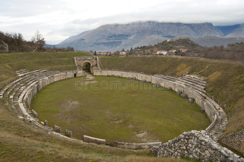 Roman Amphitheater antiguo en Alba Fucens, Italia foto de archivo libre de regalías