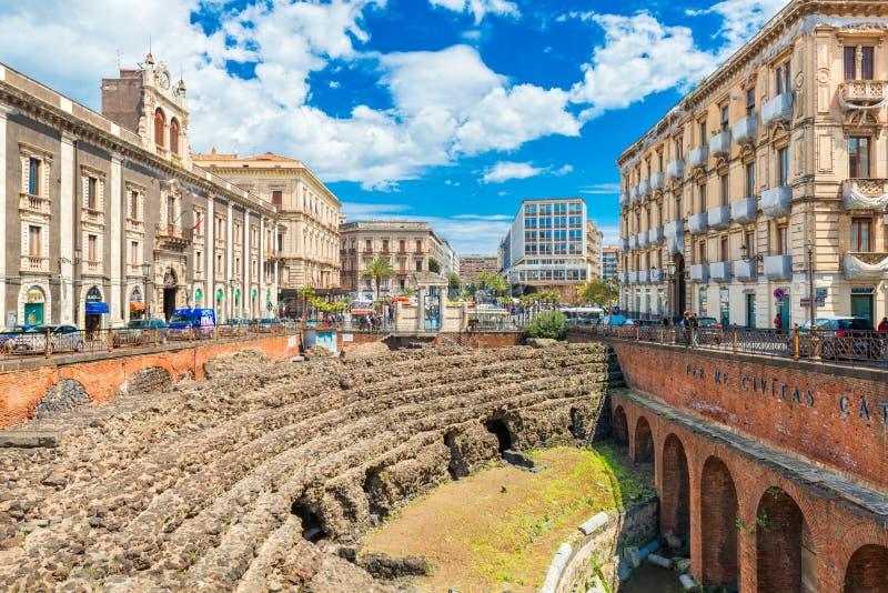 Roman Amphitheater en Catania, ruinas de un teatro antiguo al lado del palacio de Tezzano imagen de archivo libre de regalías