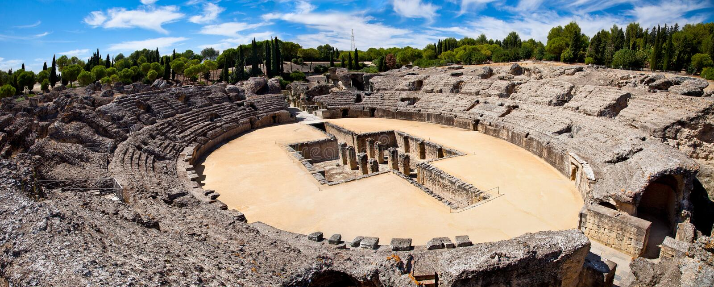 Roman Amphitheater fördärvar Italica, Spanien arkivfoto