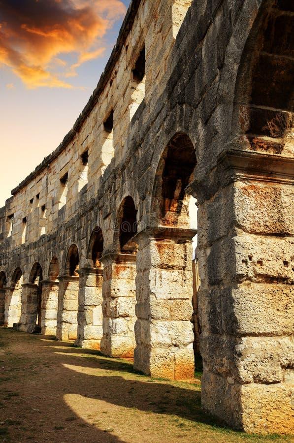 Roman Amphitheater in Pula bij zonsondergang, Kroatië stock afbeeldingen