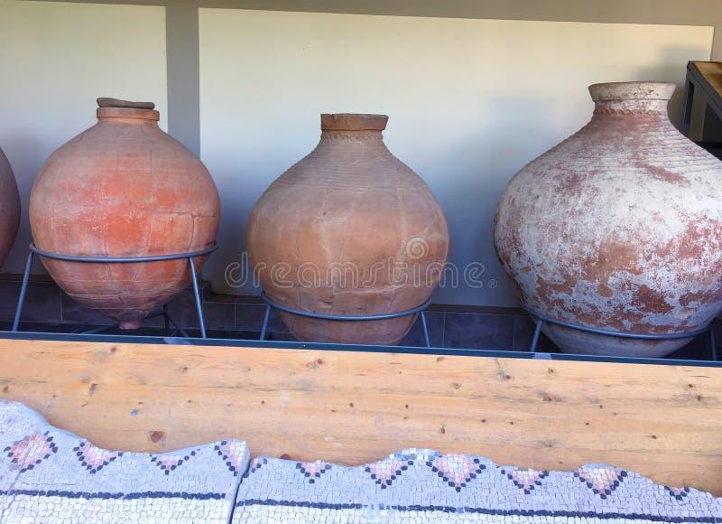 Roman Amphorae antigo empilhado acima contra uma parede Estes foram usados levando o vinho fotografia de stock