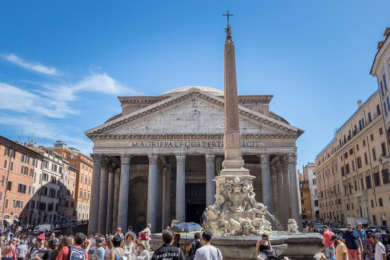 Roman Ancient Pantheon med turister royaltyfria foton