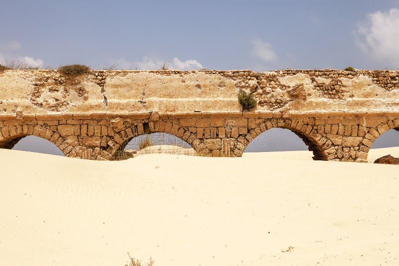 Roman Aqueduct At Caesaria stockfotos