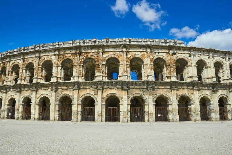 Roman Arena (anfiteatro) na escultura de Nimes e de toureiro imagens de stock royalty free