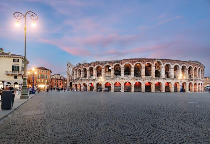 Roman Arena nel tempo di Verona al crepuscolo fotografia stock libera da diritti