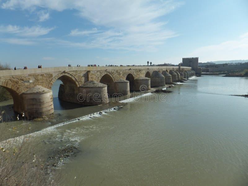 Roman Bridge de rdoba de ³ de CÃ à travers la rivière du Guadalquivir un jour ensoleillé lumineux image stock