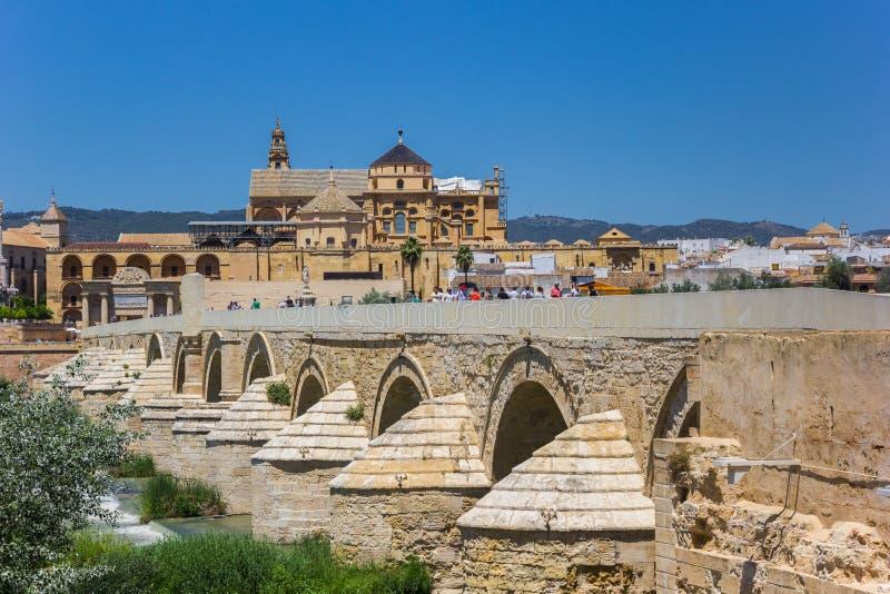 Roman Bridge och mosk?domkyrka i Cordoba royaltyfri fotografi