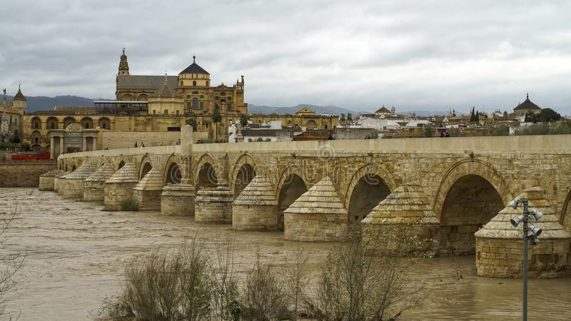 Roman Bridge Under Cloudy Sky Cordoba Spanien stockfoto