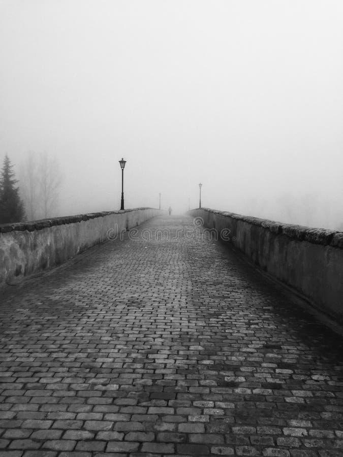 Roman brug in de mist royalty-vrije stock afbeeldingen